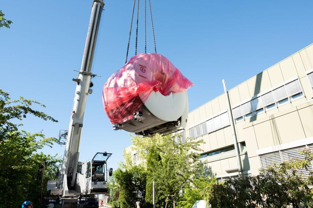 Der neue 5,5 Tonnen schwere MRT von Radio-Log schwebt ein. Mehrere Stunden waren nötig, um das Gerät an den richtigen Platz im Krankenhaus Rotthalmünster zu bringen. (Foto: Radio-Log Passau)