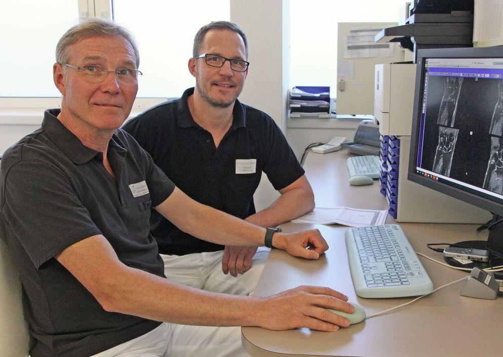 Auf Handverletzungen spezialisiert: Dr. Martin Kleimann (l.), Leitender Arzt der Handchirurgie am Krankenhaus Vilshofen, und sein neuer Kollege, Oberarzt Dr. Clemens Gstettner, sichten Kernspinbilder.