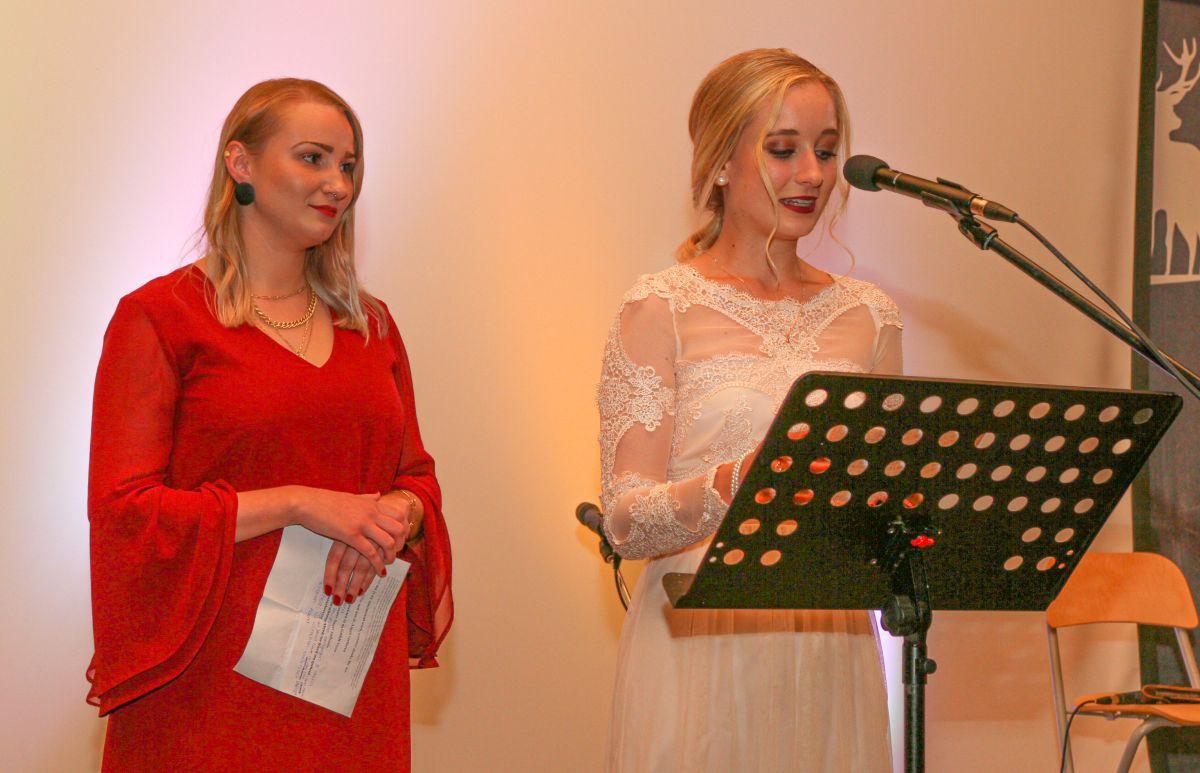 Als Moderatorinnen führten durch den Abend Alina Eggenberger (li.) und Lena Brandl.