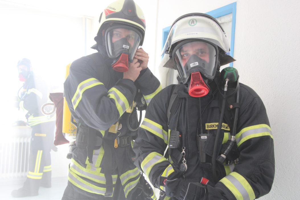 Einsatzübung im Nebel: Simon Zacher (l.) und Werner Birkmann vom Atemschutztrupp der Freiwilligen Feuerwehr Vilshofen.