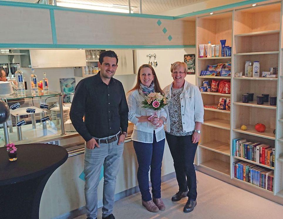 Freuen sich über die Kiosk-Neueröffnung im Krankenhaus Wegscheid: Verwaltungsleiter Florian Pletz, die neue Pächterin Melanie Sonndorfer und die stv. Verwaltungsleiterin Heidi Ebner.