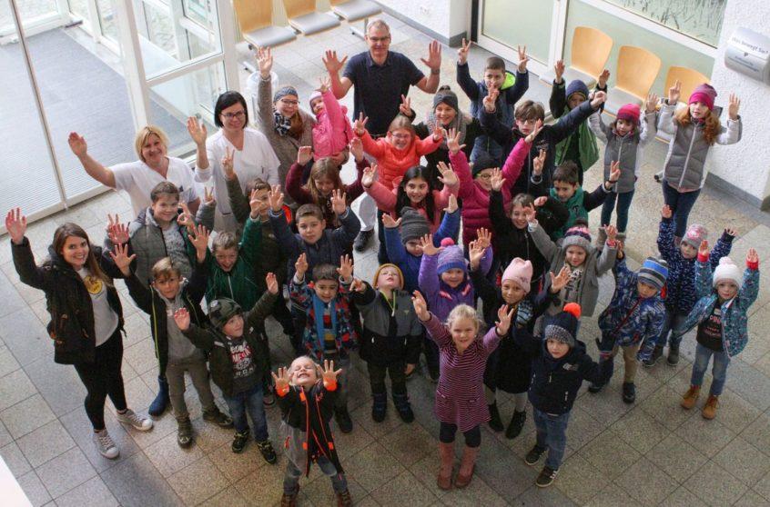 30 Kinder verbrachten einen erlebnisreichen Tag im Krankenhaus Vilshofen. Mit dabei waren ihre Betreuerinnen Sabrina Bumberger, Verwaltungsangestellte (li.), Lydia Senk, Diätassistentin (3.v.li.) und Christina Resch, Krankenpflegerin (4.v.li.)