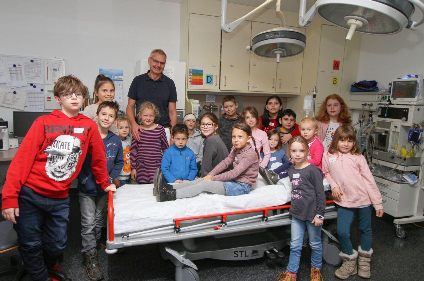 Viel Interessantes erfuhren die Kinder, hier Gruppe 2, im Schockraum vom Leitenden Notarzt Dr. med. Wolfgang Stuchlik und Petra Schärtl, Leiterin der chirurgischen Ambulanz und der Station 1 (nicht im Bild).