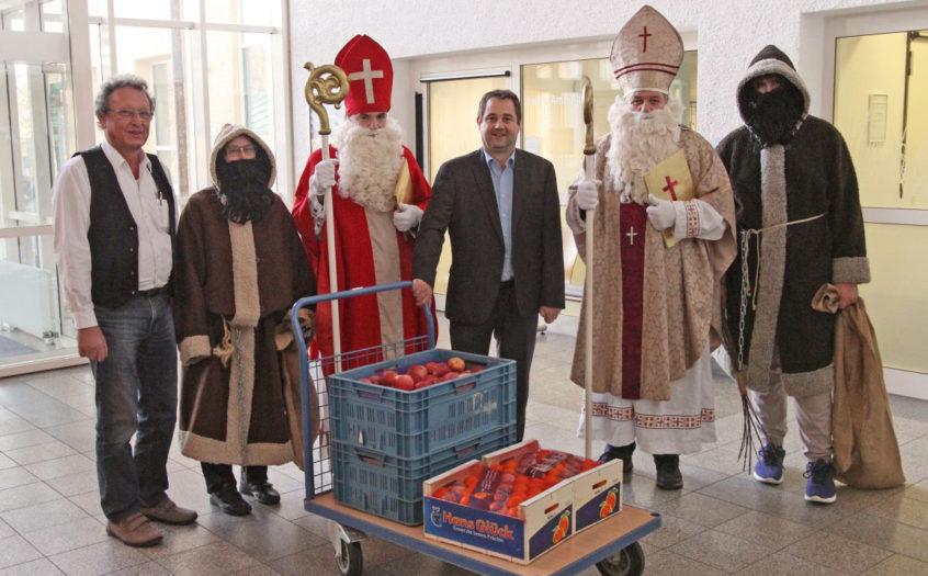 Krankenhausseelsorger Alois Strasser (l.) und Verwaltungsleiter Alexander Dötter (Mitte) nahmen den heiligen Besuch in Empfang.