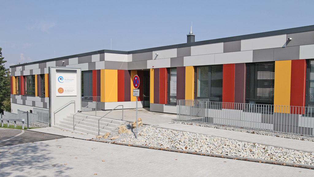 Ausbildung in der Krankenpflege: Die neue Berufsfachschule neben dem Krankenhaus Rotthalmünster.