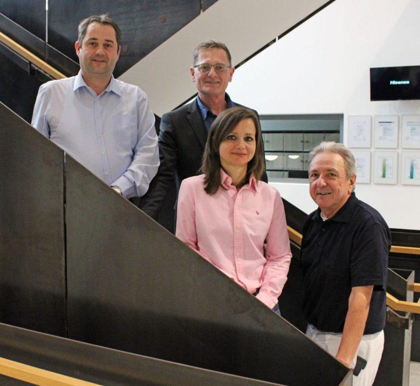 Dr. Monica Rusticeanu wird die Nachfolge von Chefarzt Dr. Ludwig Weber (r.) antreten. Darüber freuen sich auch Verwaltungsleiter Alexander Dötter (v.l.) und Geschäftsführer Josef Mader.