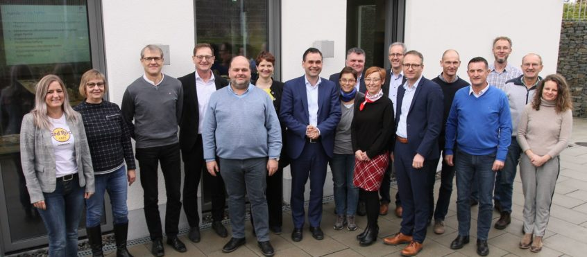 Zu einem Gedankenaustausch trafen sich Vertreter der Landkreis-Krankenhäuser, von Altenheimen, ambulanter Pflege und REHA-Einrichtungen mit Vize-Landrat Raimund Kneidinger (Mitte).
