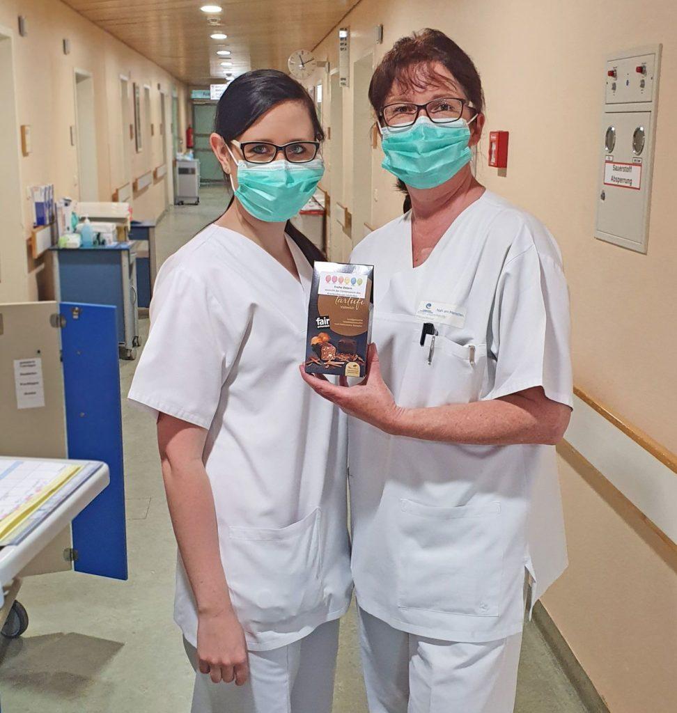 Freuten sich über das Ostergeschenk: Die beiden Krankenschwestern Simone Bürchner (l.) und Birgit Jagenteufel.