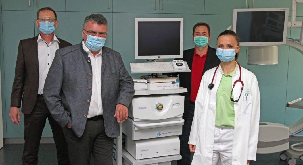 Die beiden Geschäftsführer Josef Mader (v.l.) und Klaus Seitzinger sowie Verwaltungsleiter Alexander Dötter übergeben Chefärztin Dr. Monica Rusticeanu das neue Endoskopie-Gerät.