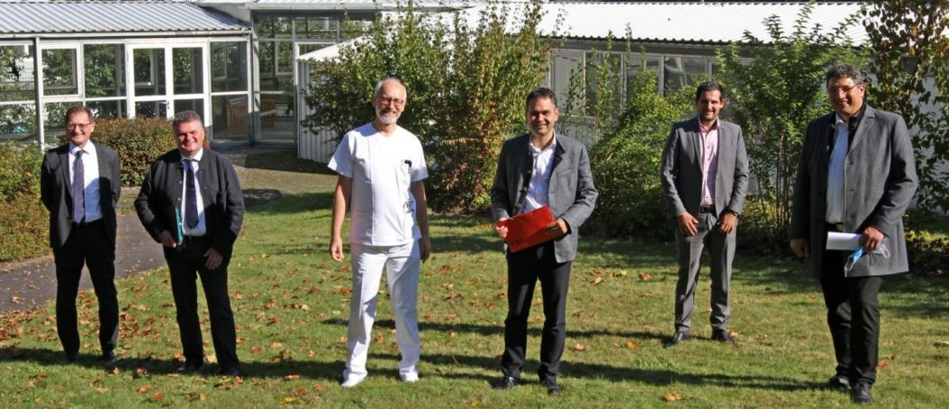 Landrat Raimund Kneidinger (Mitte) und Bürgermeister Lothar Venus (r.) zu Besuch am Krankenhaus Wegscheid. Empfangen wurden sie dort von den Geschäftsführern Josef Mader (v.l.) und Klaus Seitzinger, dem Ärztlichen Direktor Dr. Willibald Prügl und Verwaltungsleiter Florian Pletz.