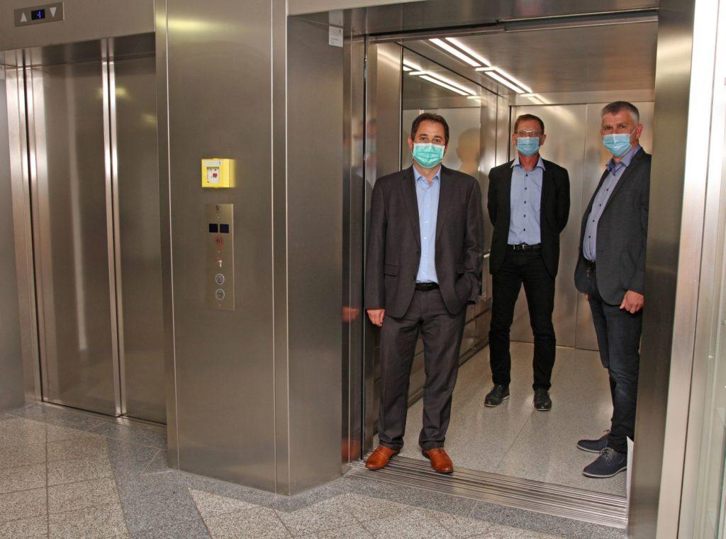 Alexander Dötter (v.l.), Verwaltungsleiter des Krankenhauses Vilshofen, Josef Mader, Geschäftsführer der Landkreiskliniken und Alfred Schmatz, Technischer Leiter, freuen sich über die neue Aufzugsanlage.
