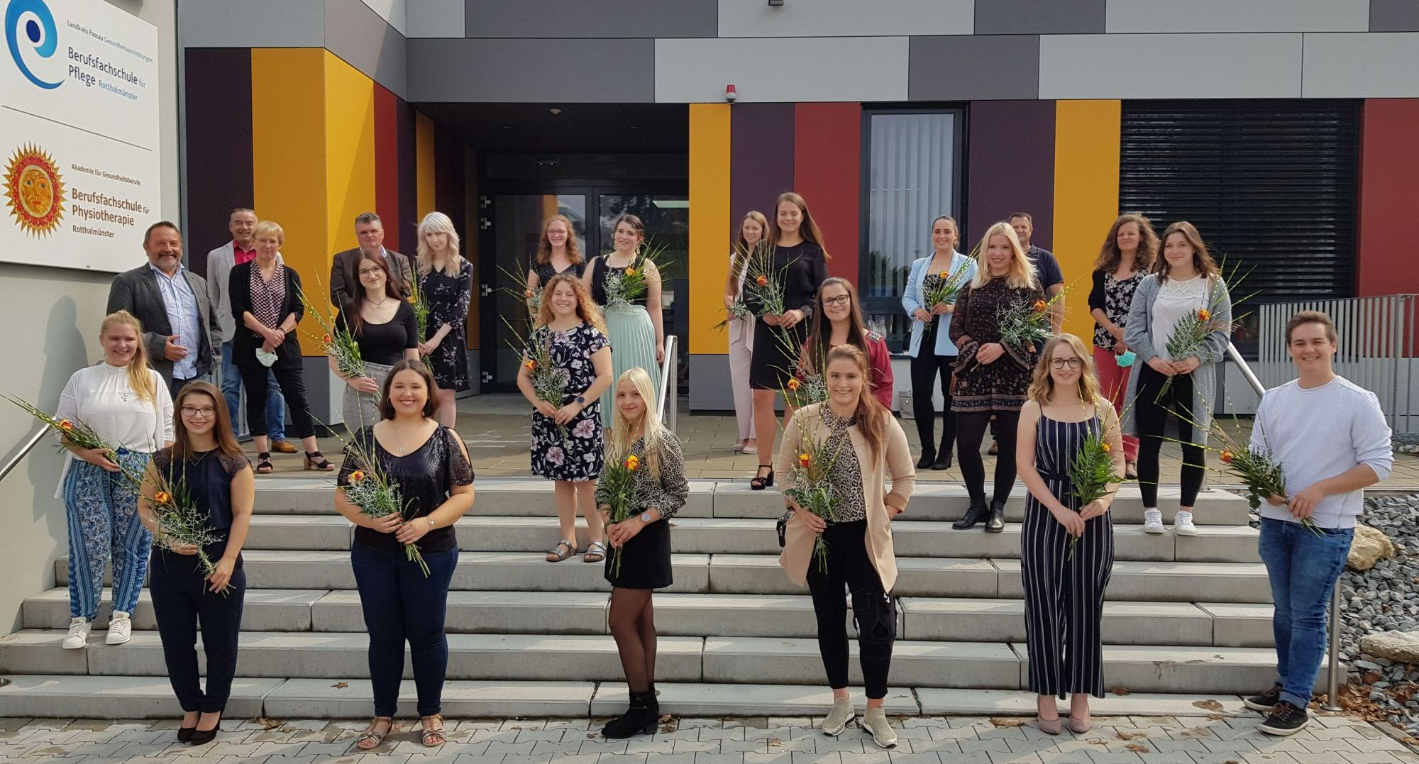 Die 18 frisch gebackenen Absolventen der Berufsfachschule für Pflege Rotthalmünster.